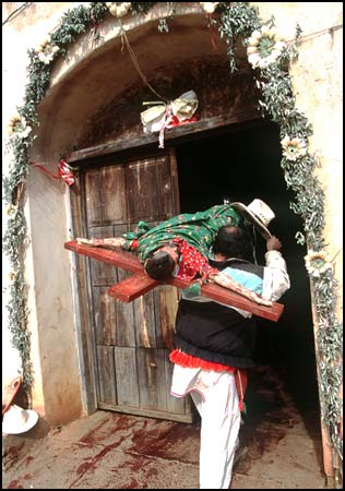 Rachel Cobb photo of a man lifting his hat as he returns a crucifix to a Huichol village chapel